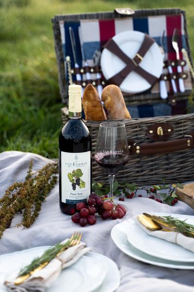 Pinot-Noir-Picknick-Setting